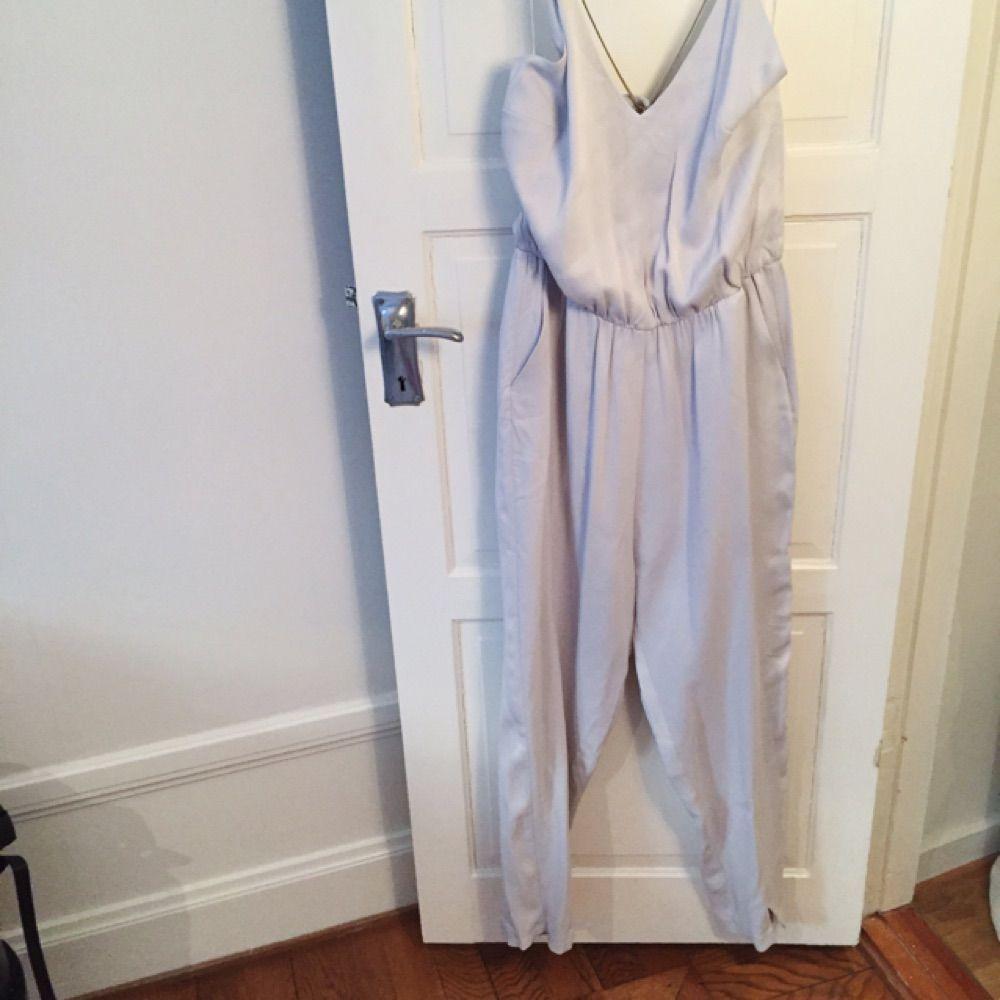 Gina Tricot Exclusive Collection  Aldrig använd, prislappen kvar.  Funkar lika bra på någon som är 38 i storlek  Den snyggaste blek-grå-lila färgen . Övrigt.
