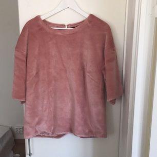 Mjuk furrig 3/4-ärmad tröja  Gammelrosa  St L men funkar bra som oversized