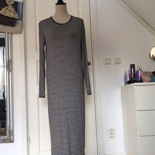 Randig långklänning från Lager157. Otroligt mjuk och skön i tyget, använd fåtal gånger.