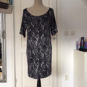 Mönstrad klänning från Lager157. I nyskick!
