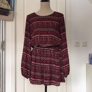 Jättefin mönstrad klänning från Gina Tricot. Använd fåtal gånger, så i nyskick!