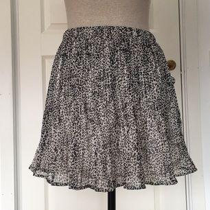 Söt prickig kjol från BikBok. Sparsamt använd.