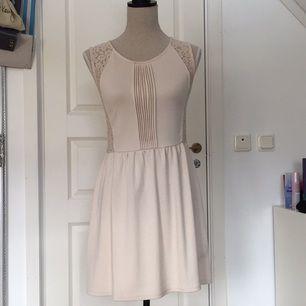 Supersöt puderrosa klänning med spets från H&M. Använd en gång tidigare på en skolavslutning. Så är i nyskick!