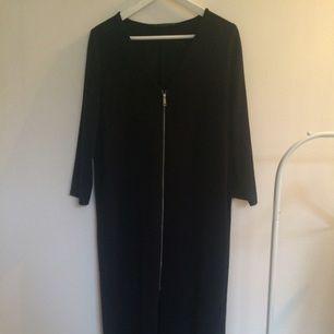 Mörkblå tunn kappa från Zara