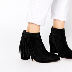 Helt nya super snygga frans boots = aldrig använda.   Jag har storlek 38 så funkar med sula i :)  Nypris: 675kr