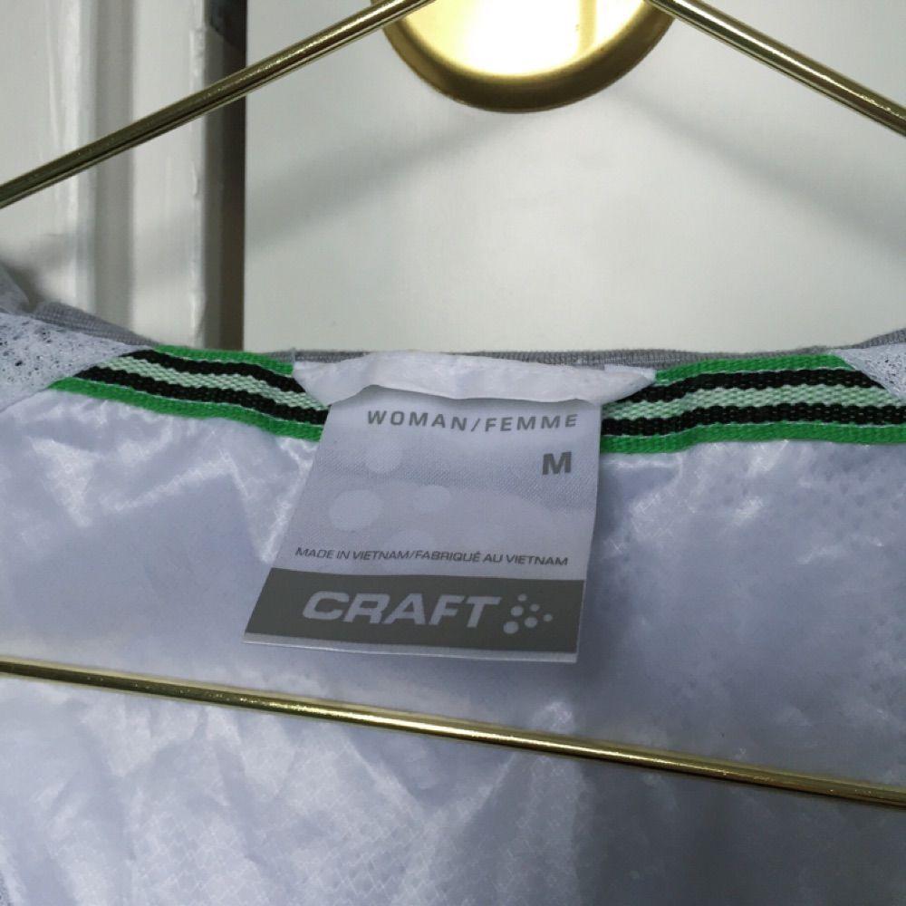 Craft In-The-Zone Wind Jacket  Vit/Silver Använd ett fåtal gånger, fint skick! . Jackor.