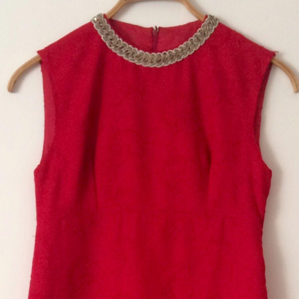 Fantastiskt vacker vintage 60-tals balklänning. Hallonröd med broderier i  samma färg över hela ... 6b66d65e135d5