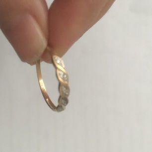 Äkta 18kk guld  ring , 750 stämple , vet ej vikt , diametr 2cm