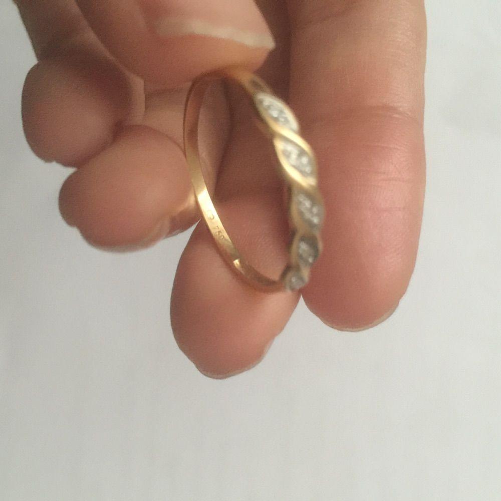 Äkta 18kk guld  ring , 750 stämple , vet ej vikt , diametr 2cm  . Accessoarer.