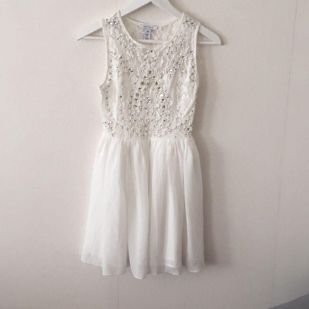 388c0619ac03 Vit klänning med pärldetaljer från nelly.com. Endast använd en gång på studenten  och ...