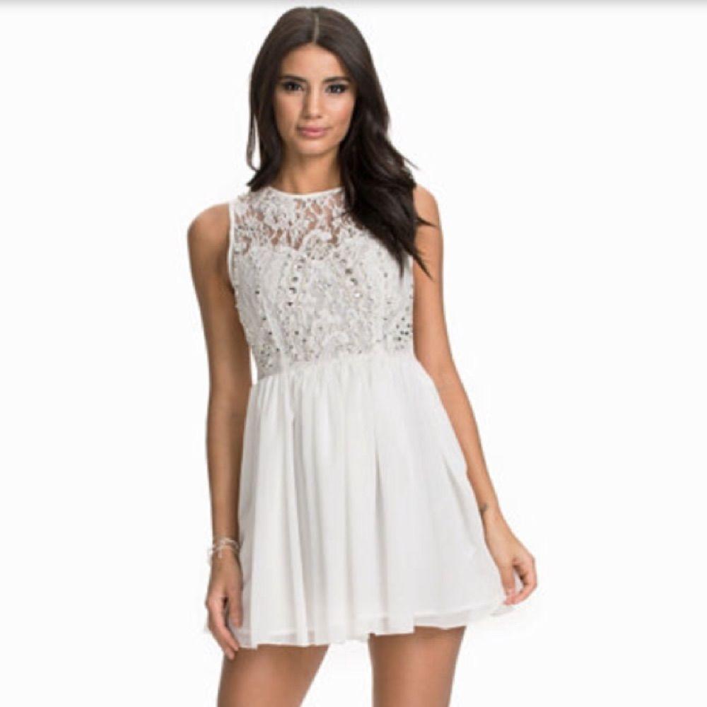 4305ef415102 ... Vit klänning med pärldetaljer från nelly.com. Endast använd en gång på studenten  och ...