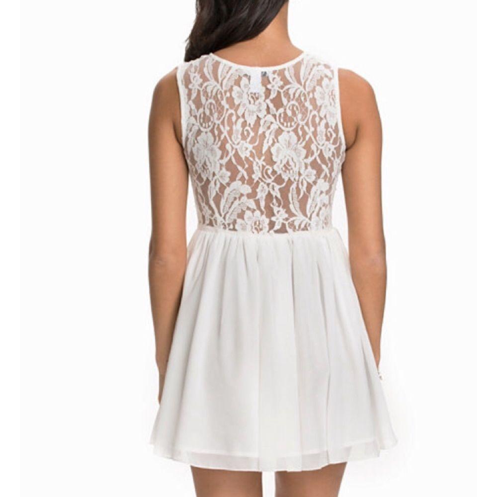 7acc1c7bf976 ... Vit klänning med pärldetaljer från nelly.com. Endast använd en gång på studenten  och