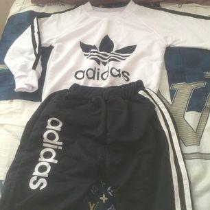 Adidas tröja med byxor , helt ny , köpt från utland present för min kusin men passar inte för honom , alldrig använd ,inte original adidas passar för 3 eller 4 årig barn , ni kan ser information om storlek ner  Längd för tröja 46cm; sleeves 44cm; Byxor 57cm
