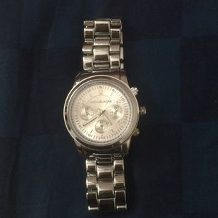 En ny michael kors klocka , alldrig använd på grund av är stor för mig , inte äkta