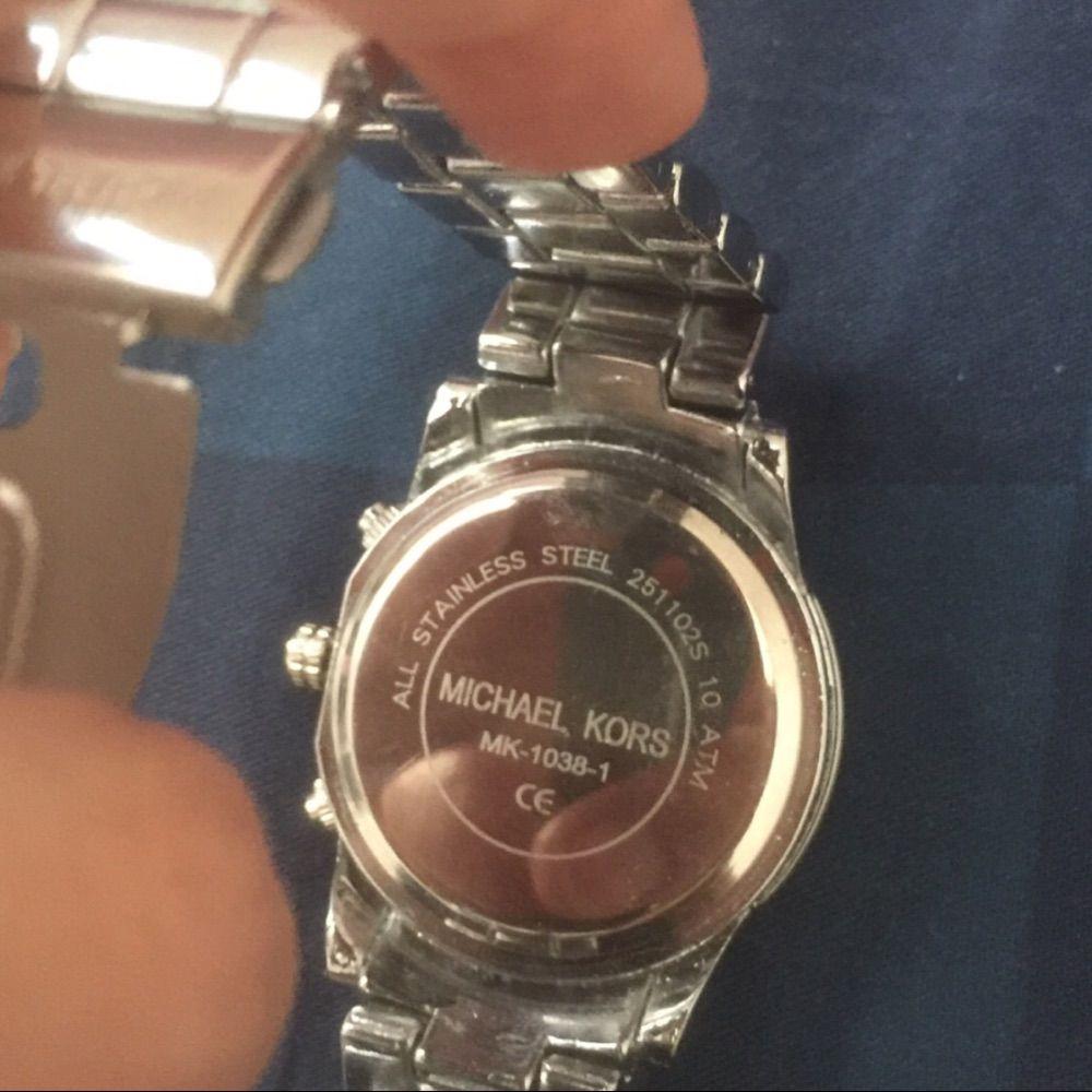 En ny michael kors klocka , alldrig använd på grund av är stor för mig , inte äkta. Accessoarer.