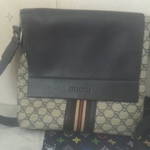 Gucci väska , köpt från utland , anvönd och inte ny