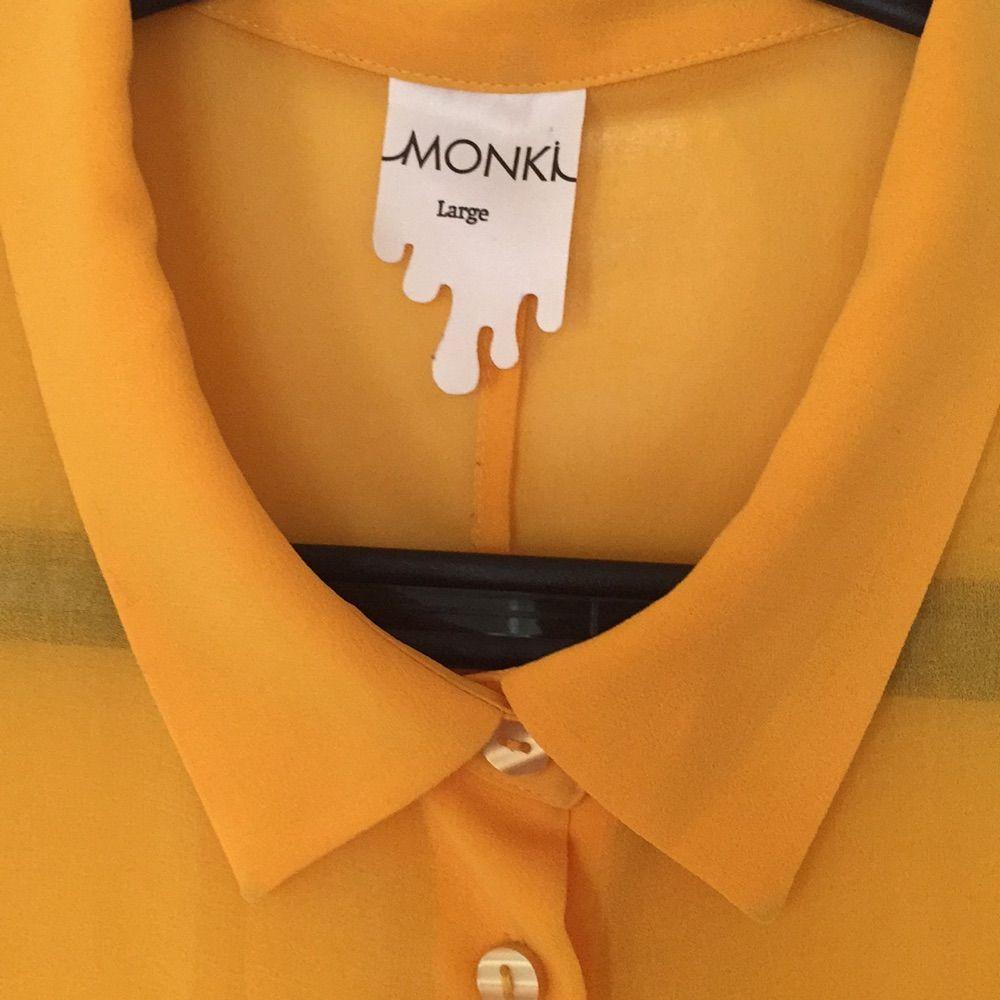 transparant ärmlös längre skjorta från monki, superfin! . Blusar.