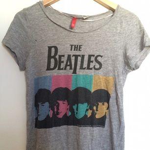 Beatles-tröja från HM! Tyvärr är det ett litet hål vid armhålan, syns på bild 2.