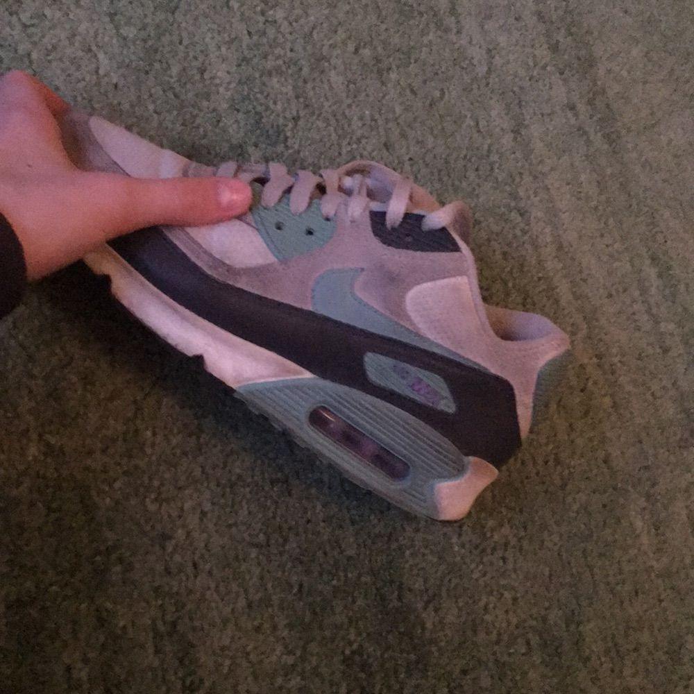 Nike air Max 90 Inget är sönder. Enkla att tvätta. Kika mig vid intresse så diskuterar vi priset. Kik: Lauraplick Möts upp på söder eller så fraktar jag (köparen står för frakten). Skor.
