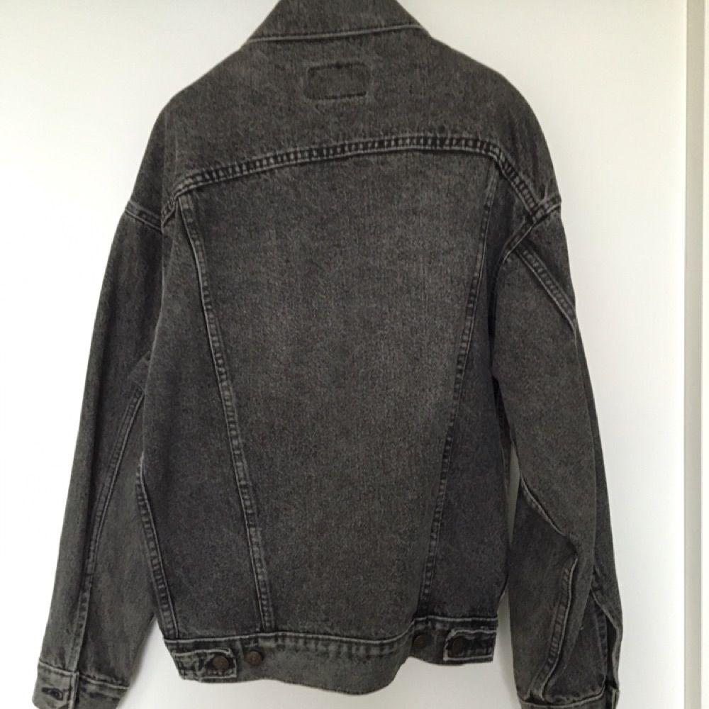 65e1e11fdd9d ... Vintage jeansjacka från Levis!!!! Snygg grå/svart jacka i fint  vintageskick