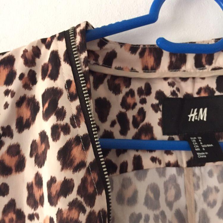 Leopardmönstrad bomberjacka från H&M. Tunt tyg, fickor och dragkedja. Något liten på mig, men den funkar att ha öppen även för en strl.38.   Köparen betalar frakt, kan annars hämtas i Göteborg. . Jackor.