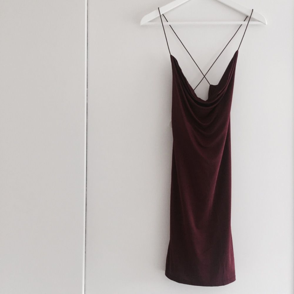 e2b10bf1a6ba Cowl Neck Strap Dress i färgen Burgundy från Nelly One Djup i ryggen med  korsband.