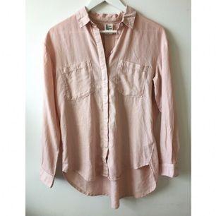 Jättemjuk och lite tjockare skjorta i grisrosa/nude-rosa. Oversize. Aldrig använd.