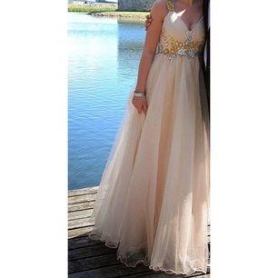 Har blivit tvungen att sälja min väldigt väldigt prinsessiga balklänning ✨  Färg: Champagne  Strl: S (skräddarsydd) Använd en gång (fint skick!)  Nypris: 3000kr Mitt pris: 1500kr (kan diskuteras)
