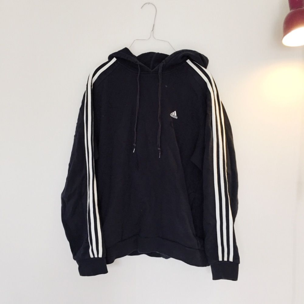 0ed24fcf722 Snygg Adidas-hoodie i fint skick! Svart med vita ränder. Superskön!