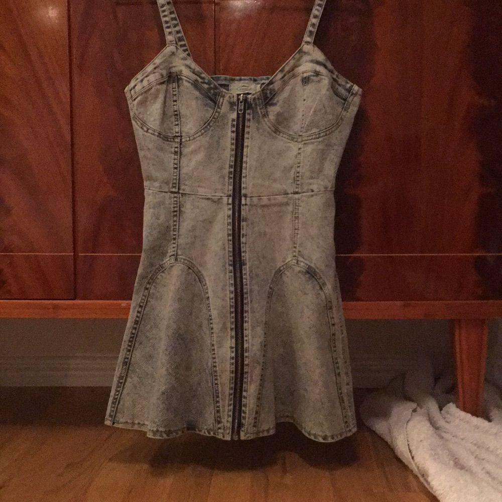 Söt jeansklänning köpt i harajuku! Storlek M men skulle säga kanske en svensk S. Fin med en tröja under eller för sig själv . Klänningar.