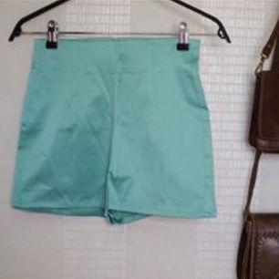 Säljer ett par riktigt balla retro inspirerade shorts med superhög midja! Färgen är pastelligt turkos/mintgrön och materialet påminner om siden. Ser riktigt lyxiga ut. Tänk att spaDe köptes för ett par år sedan men är helt oanvända. Frakt inräknat i priset!