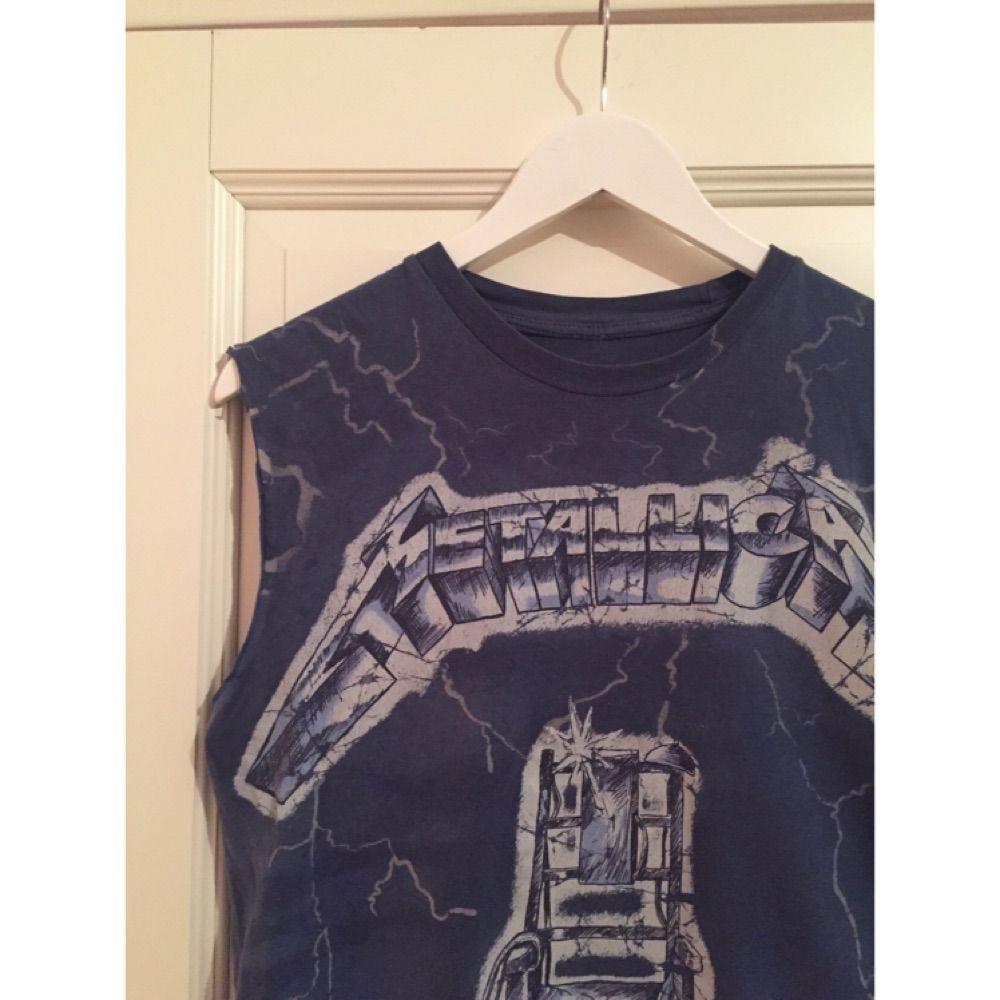 Ett egenklippt linne med Metallica tryck som passar perfekt för dig som vill vara lite edgy på festivalen i sommar!  Frakten ingår i priset och priset går även att diskutera :)  . Toppar.