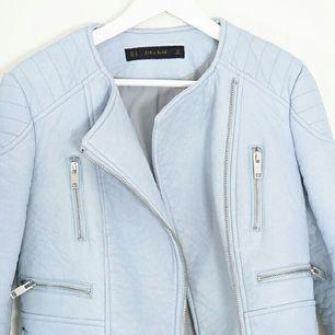 ♡Babyblå skinnjacka från Zara. Storlek M – Använd ett fåtal gånger! superfin och perfekt till våren.