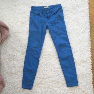 Blåa byxor från Ginatricot Knappt använda