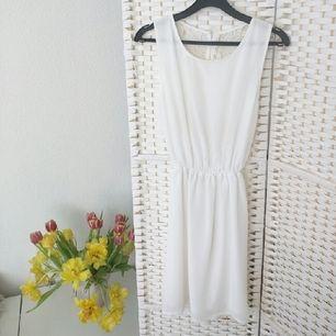 Min studentklänning från Nelly.com Använd en gång Nypris 400:- Tyget framtill är inte alls genomskinligt