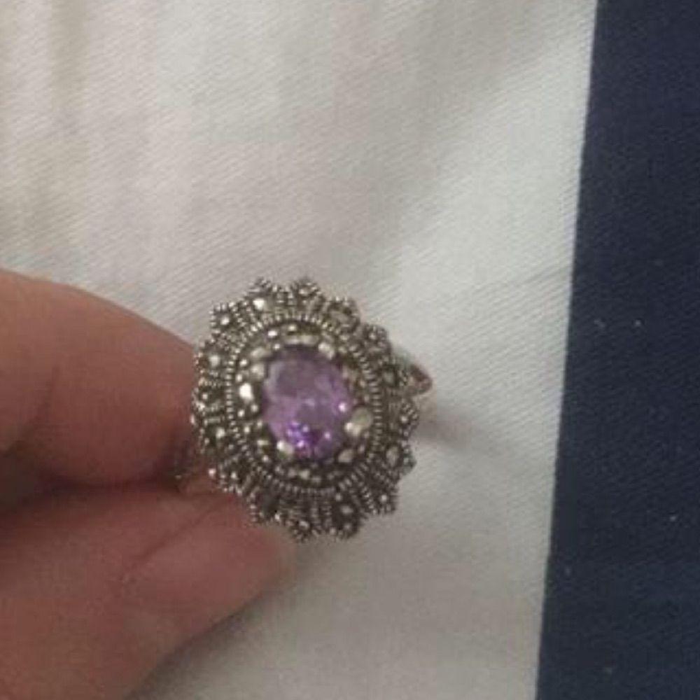 Silver ring med lila sten ( vet ej vilken sten ) stämpel 925. Accessoarer.