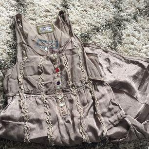 Väldigt fin klänning i skönt material från Desigual. Fina färger och snygg passform. Lite längre modell väldigt dyr vid köp