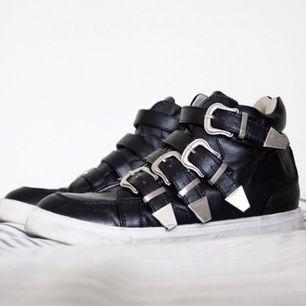 Balla sneakers som av någon anledning knappt blivit använda. Väldigt mjuka och bekväma! Frakt tillkommer, kan mötas i Uppsala.