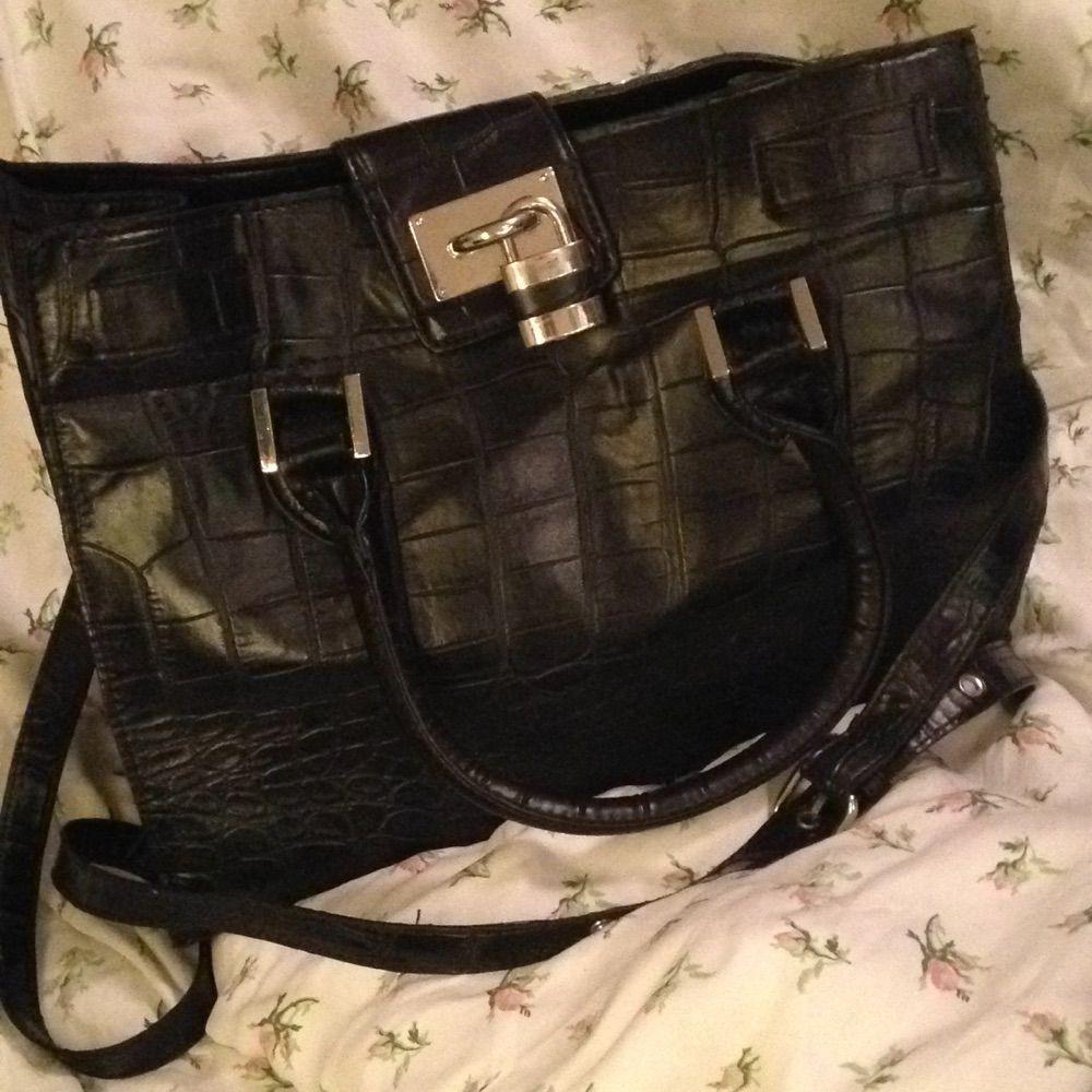 Snyggt stilren handväska. Faux läder. Ormskinnsmönster (se bild 3). Snygga detaljer, t.ex. hänglås. Axelremmen går att haka av. Fråga gärna om du undrar något!  Bredd: 32 cm Höjd: 25 cm Djup: 17. Väskor.