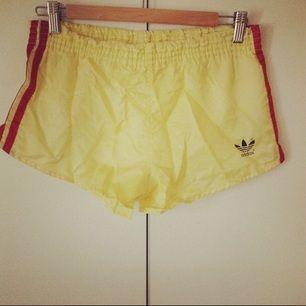 Vintage shorts från Adidas i storlek XS. Superfina och unika! I väldigt fint skick!  Köparen står för frakt eller upphämtning i Upplands-bro :)