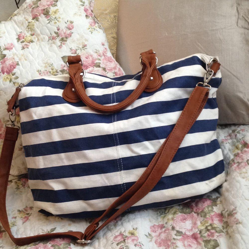 Sailorinspirerad handväska. Rymlig. Axelremmen är avtagbar. Fack med dragkedja på utsidan. Fack med dragkedja på insidan, samt två fack utan dragkedja.  Bredd: 45 cm Höjd: 30 cm Djup (botten): ca 18 cm. Väskor.