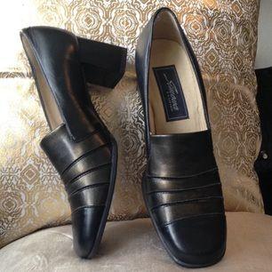 Vintage-skor med blockklack. Äkta läder (se bild nr 3). Svarta med guldaktig lyster framtill. Bekväma. Strl 4,5 (37).