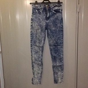 Super stretchiga jeans från Urban outfiters. Använda en gång!  Köparen betalar frakt eller upphämtning i Upplands-Bro :)