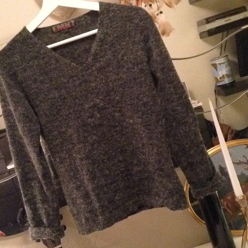 Mysig basic mörkt gråmelerad stickad tröja. Märkt medium, men passar XS-M. 🎈. Stickat.