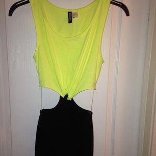 Helt oanvänd snygg cut-out klänning från H&M. Perfekt gul färg för att framhäva brännan☀️