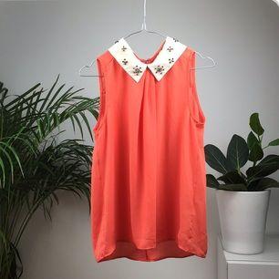 Exklusivt linne, köpt i en butik i Sthlm för 500kr, använd endast 1 gång, helt felfri. Den är korall/orange i verkligheten. Frakt tillkommer✨