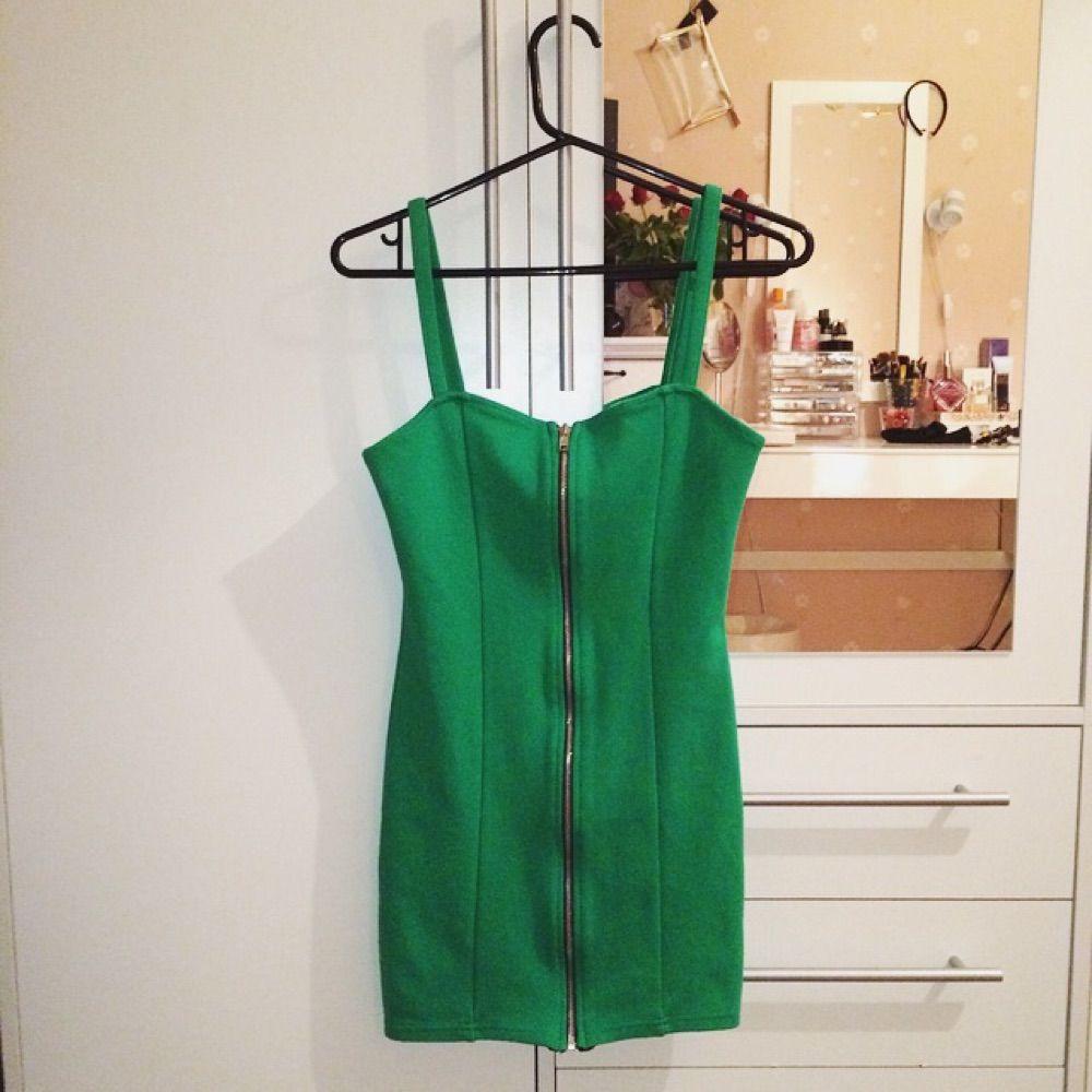 a7fa5388b3ae Skit läcker tight grön klänning från H&M, med dragkedja i mitten, aldrig  haft tillfälle ...