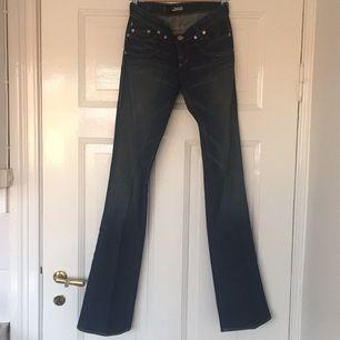 Supersnygga bootcut jeans med låg midja från Rock & Republic som var väldigt heta för ett antal år sen. Sparsamt använda och knappt tvättade.