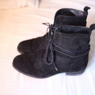 Jättefina svarta boots/ kängor från det danska märket Sofie Schnoor. Material mocka med relieftryckt snakeskin mönster. I fint skick. Supersköna och snygga på året om. (Nypris 2.100 kr) Om du önskar få dem levererade tillkommer frakt på 60kr.