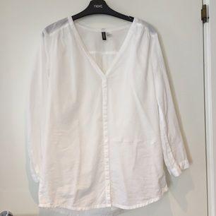 Basicskjorta från H&M divided. Aldrig använd. Storlek 36 men passar även 38. Tyget är väldigt mjukt och halvt genomskinligt, så den är supersnygg med en bh eller ett linne i stark färg under.  Frakt 29kr med vanliga posten.  Gärna swish!